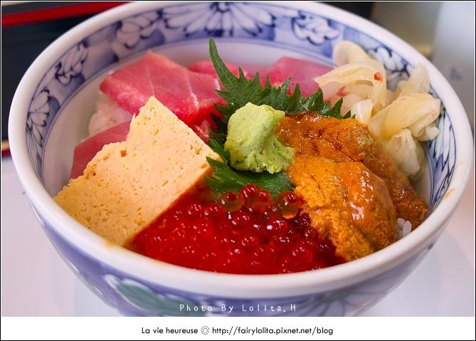 《東京中央區♥食記》築地市場。日本最大魚市場,決不能錯過無敵海鮮丼,還有必吃的超大烤牡蠣及海膽扇貝呦!@謝蘿莉 (3578) - 旅行酒吧